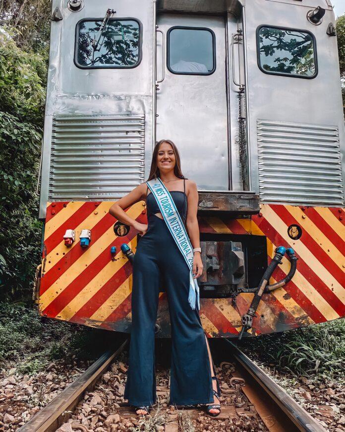 Recém vencedora do título de Miss Turismo Internacional 2021, Carol Vinharski, passou o último sábado em trem de luxo da Serra Verde Express