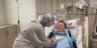 Elza-Zawadzki-utilizando-o-Helmet-capsula-respiratoria-que-melhora-a-oxigenacao-dos-pacientes
