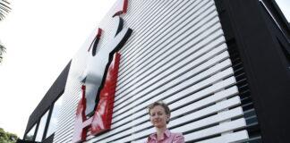 Mariana Beckheuser, em frente a nova fábrica em Maringá (PR), inaugurada há um ano.