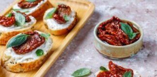 Sanduíche de tofu, tomate seco e rúcula